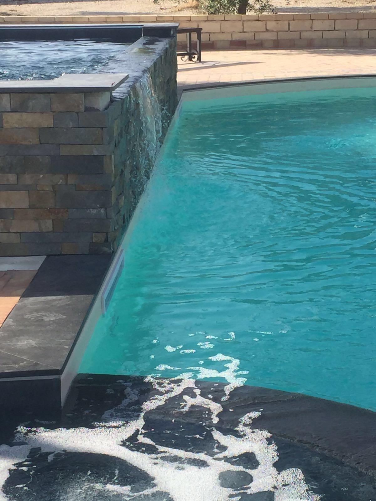 Piscina con sfioro a cascata piscine foto lavori for Piscina con cascata
